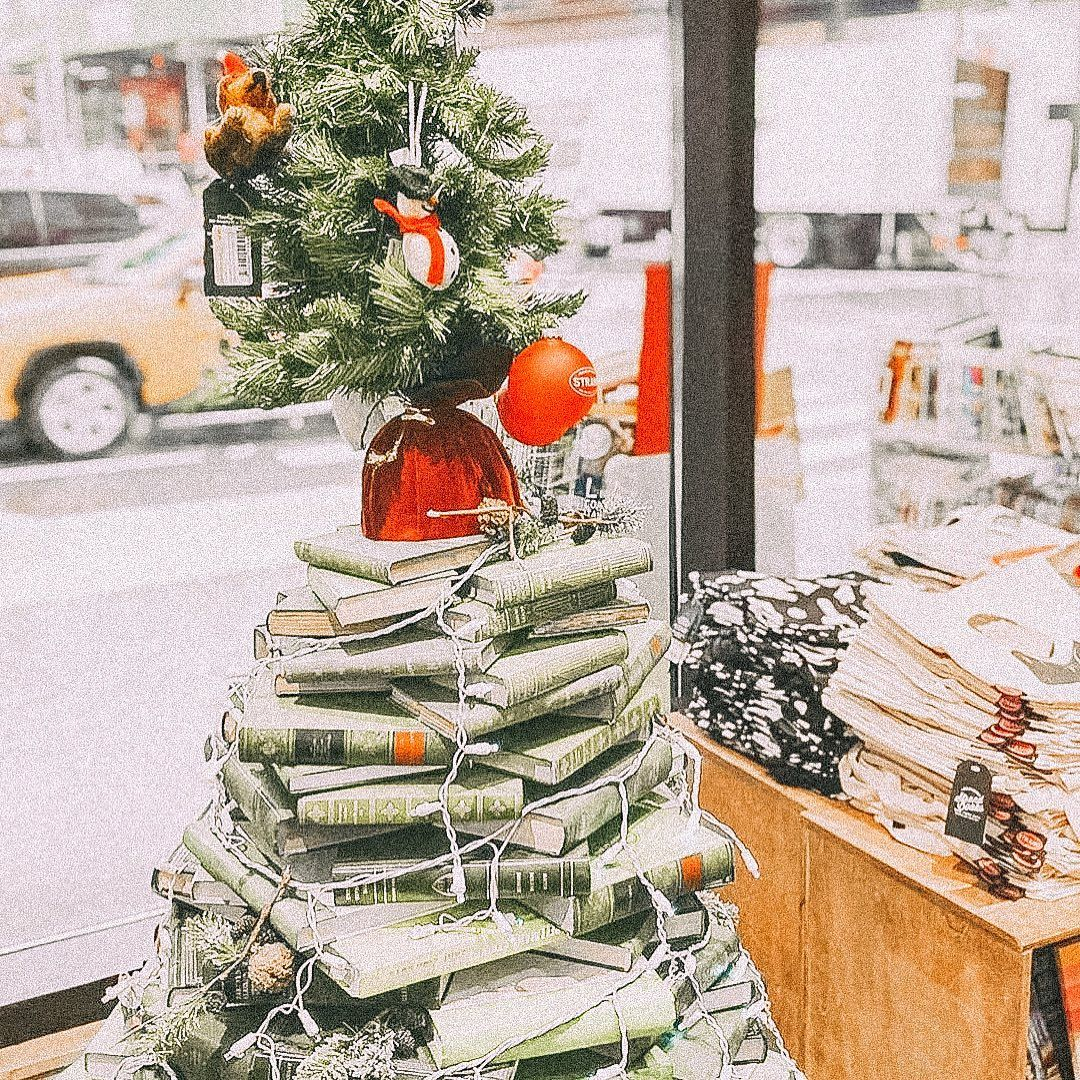 Mood I Love This Christmas Tree Made From Books By Strandbookstore Maybe Next Year I Ll Try One In My In 2020 Book Christmas Tree Christmas Music Holiday Spirit