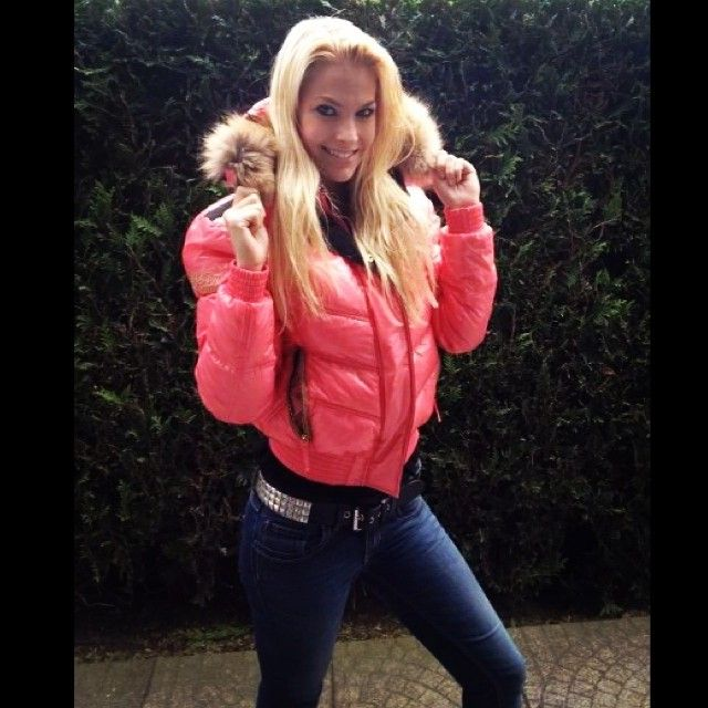 Super sexy blonde wearing an awesome looking pink Nickelson jacket.   puffyjacket  nickelson  jacket  puffy  love 861b1d249a