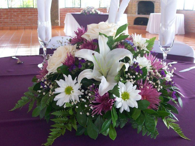 Centros de mesa con lirios rosas y margaritas fiestas for Adornos para bodas con plantas