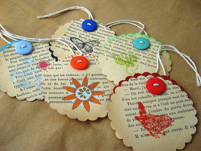 Cadeau-labels: van oude boeken/krantenpapier met knoopje, koord en stempel.