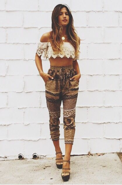 style hippie chic = crop top très court à dentelle + pantalon ...