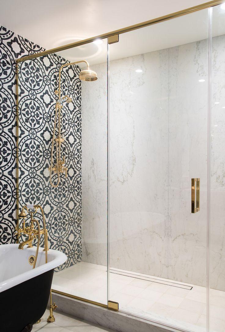 Spanish tiling in bathroom with black tub | Salle de bain ...