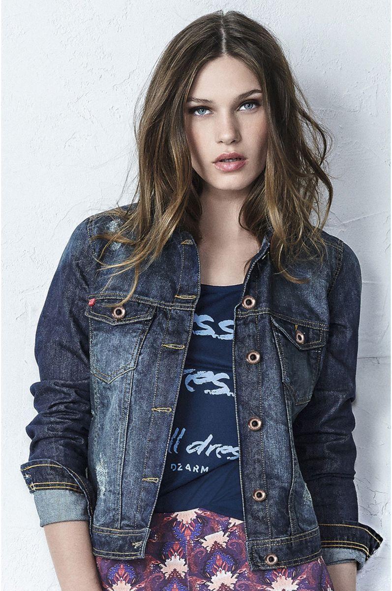 f3bc72b9ee Jaqueta Jeans Com Puídos E Desgaste Da Cor