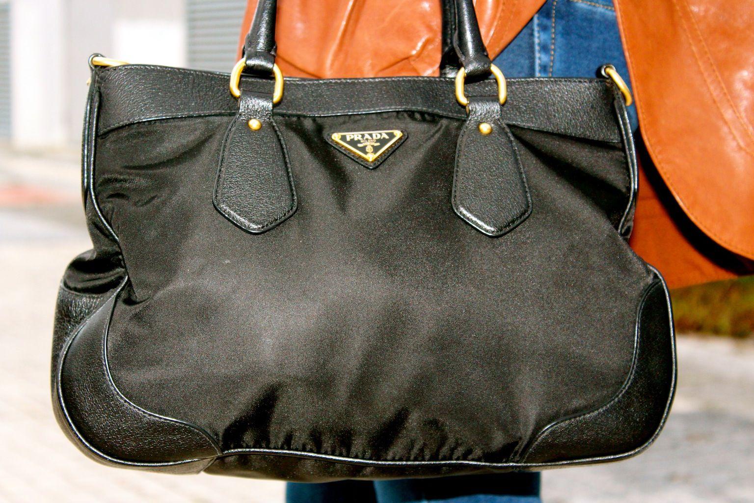 Fashion and Style Blog / Blog de Moda . Post: Little treasures / Pequeños tesoros .More pictures on/ Más fotos en : http://www.ohmylooks.com/?p=20999 I wear Jacket : Hoss Intropia (old) ; Jeans : Zara ; Bag : Prada ; Sunglasses : Mango ; Shoes : Pilar Burgos.