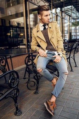 Look de moda: Gabardina Marrón Claro, Jersey con Cuello Barco Marrón, Camisa de Vestir Blanca, Vaqueros Pitillo Desgastados Azules