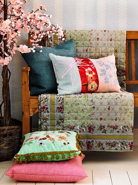 Mezcla de telas y colores en los muebles.