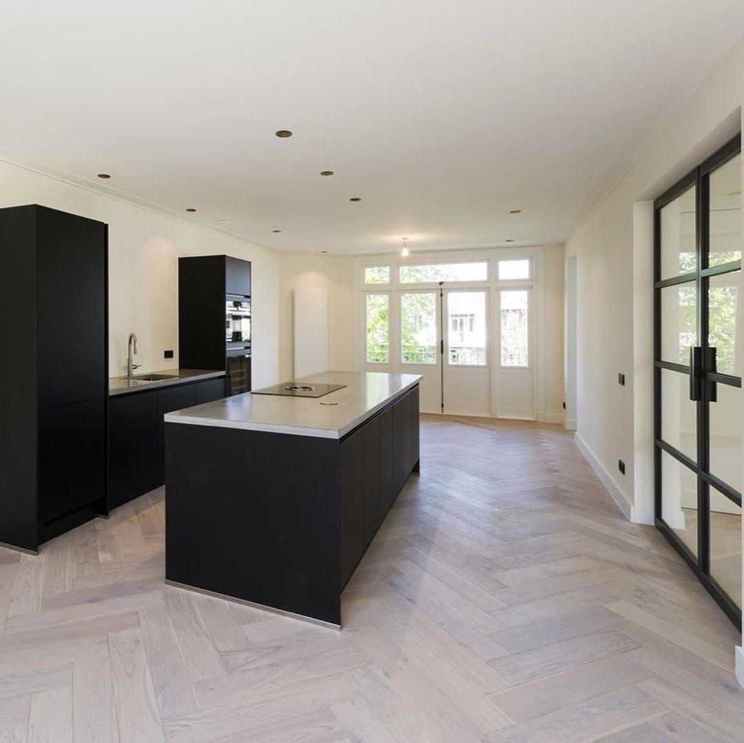 Keukenloods Nl On Instagram Wederom Een Prachtige Zwarte Keuken In Combinatie Met Zwarte Deuren En Een V Aangepaste Keukens Keuken Ontwerp Visgraat Vloer