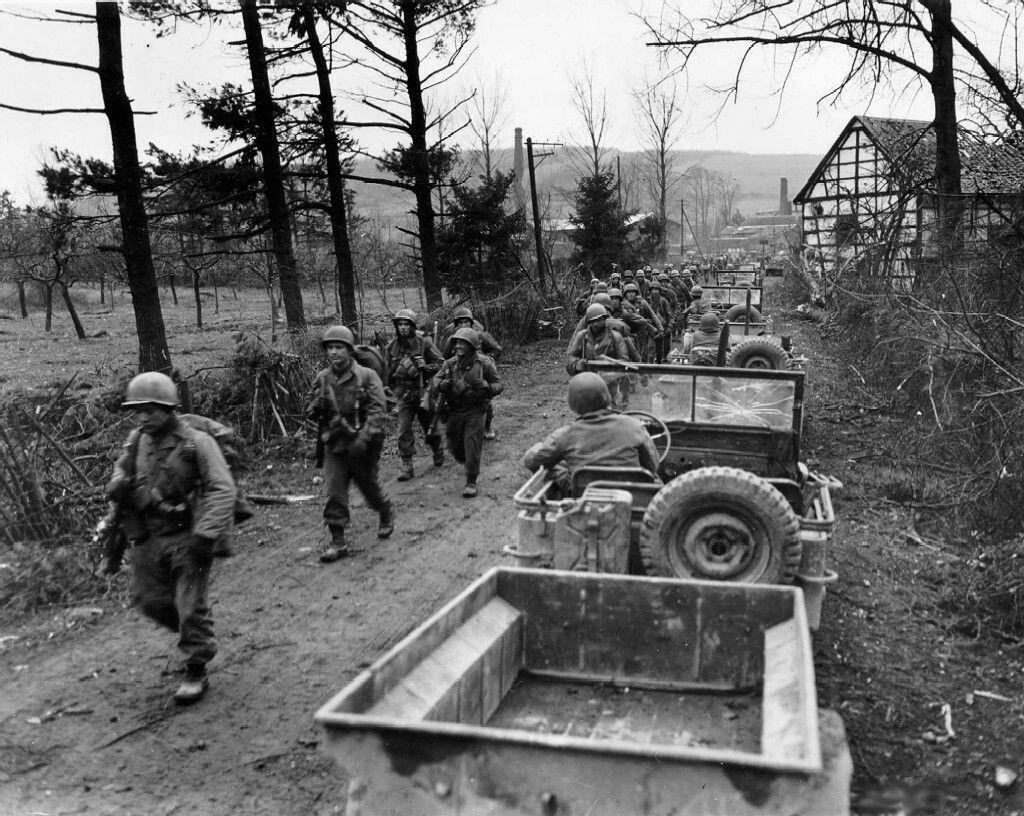 Soldats de la compagnie C du 1er Bataillon du 18e régiment d'infanterie de la 1ère division d'infanterie marchant en direction de Frauwüllesheim en Allemagne, après avoir traversé la Rhür. Le 28 février 1945.