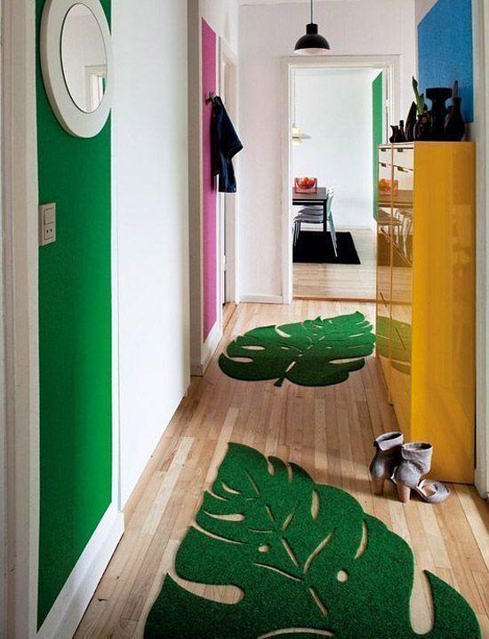 зеленые коврики освежают узкую прихожую и коридор дизайн