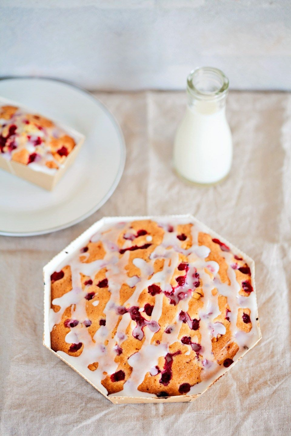 Red currants cake with white chocolate
