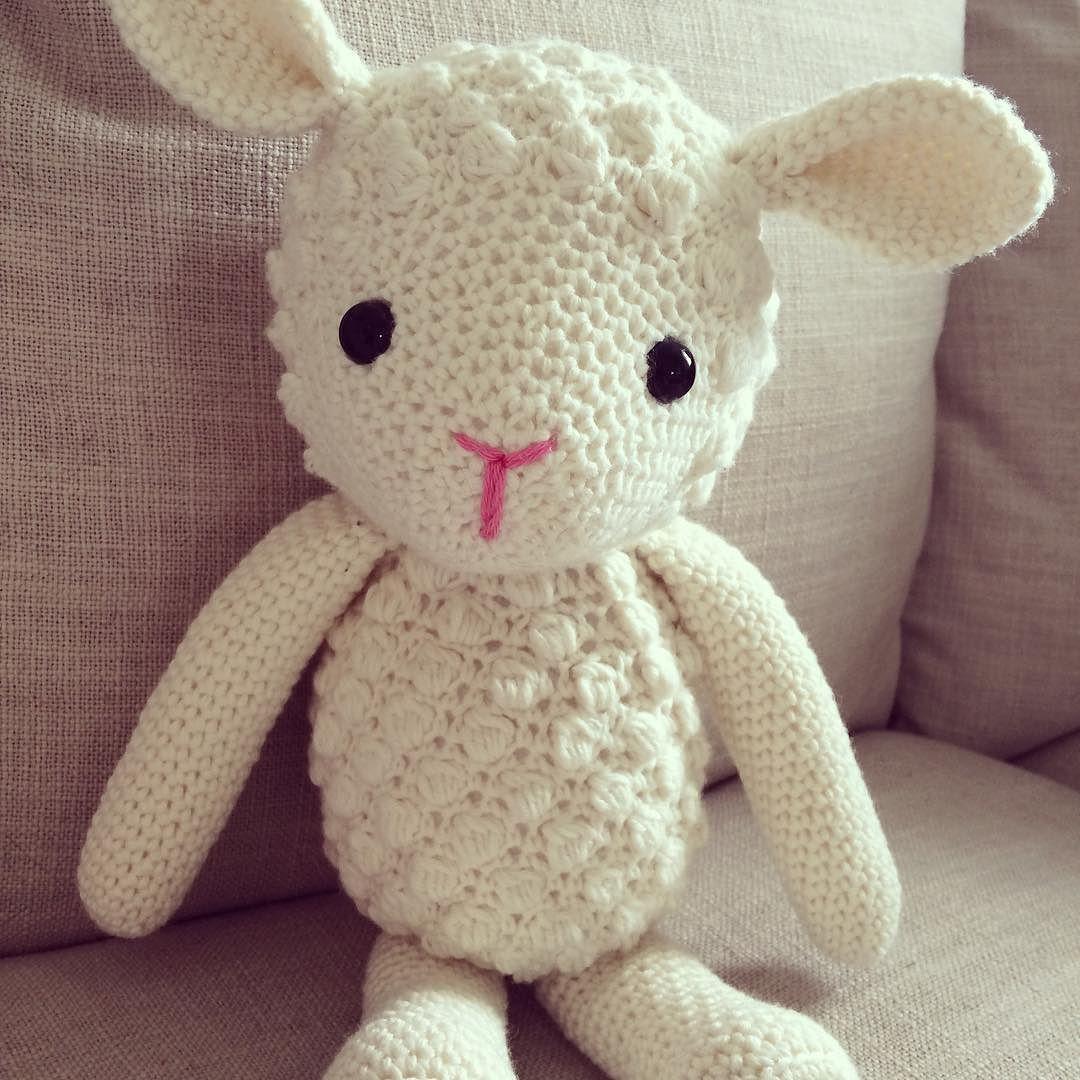 Dette lille lammet er til salgs det er strikket av duo garn og fylt med polyesterfiber. Øynene er safty eyes og de sitter godt fast lammet er ca 40 cm langt.  #madebyme #diy #instacrochet #amigurumi #amigurumilove #amigurumiaddict #virka #croche #crochet #crocheting #crochetlove #crochetaddict #hekla #hekle #heklet #hekling #handmade #handarbeit #handcrafted #hjemmelaget #kosedyr #softtoy #lam #lamb #gave by monikamortensensdesign
