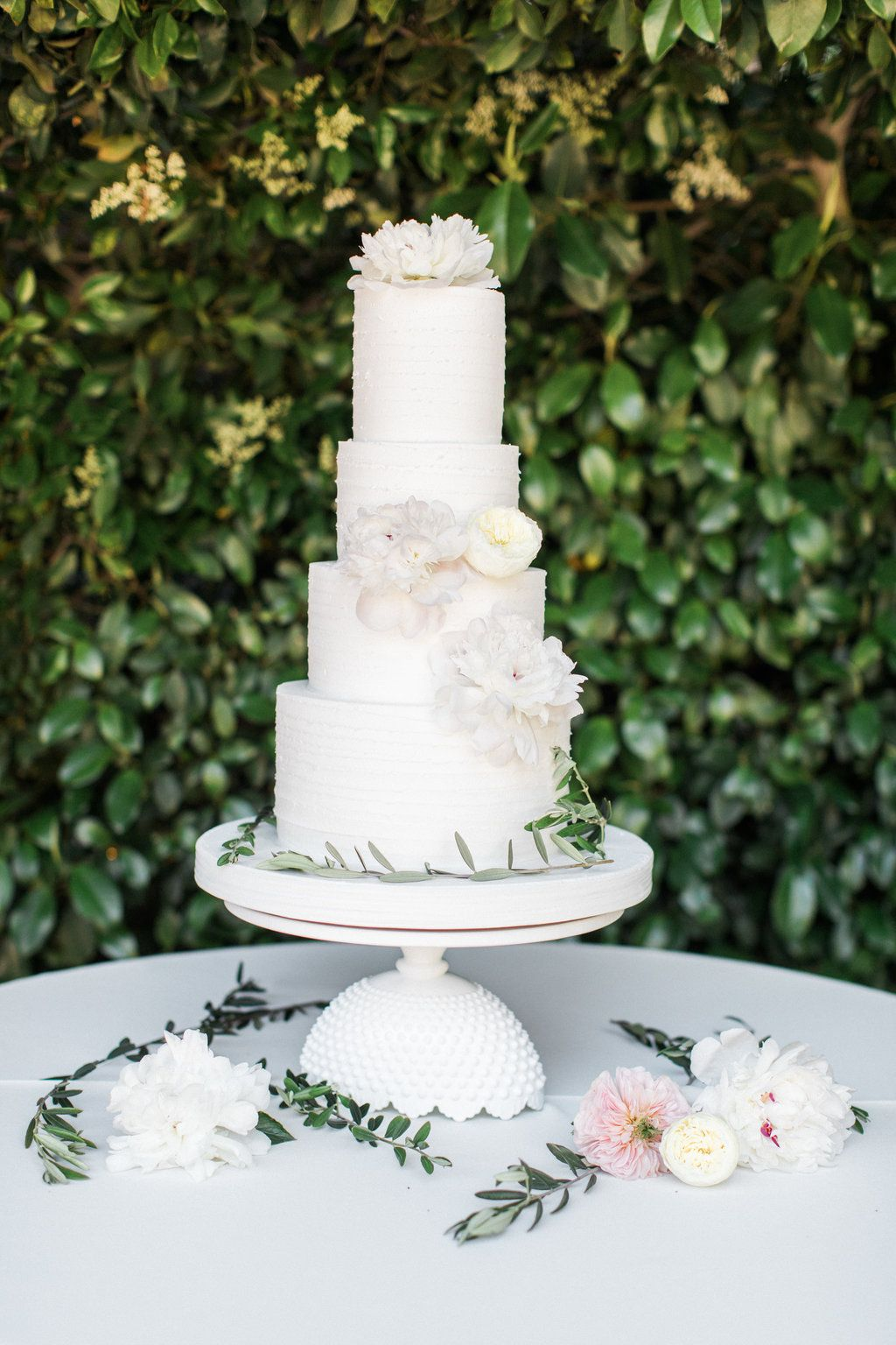 Kendallandluisuweddingatedengardens wedding cakes