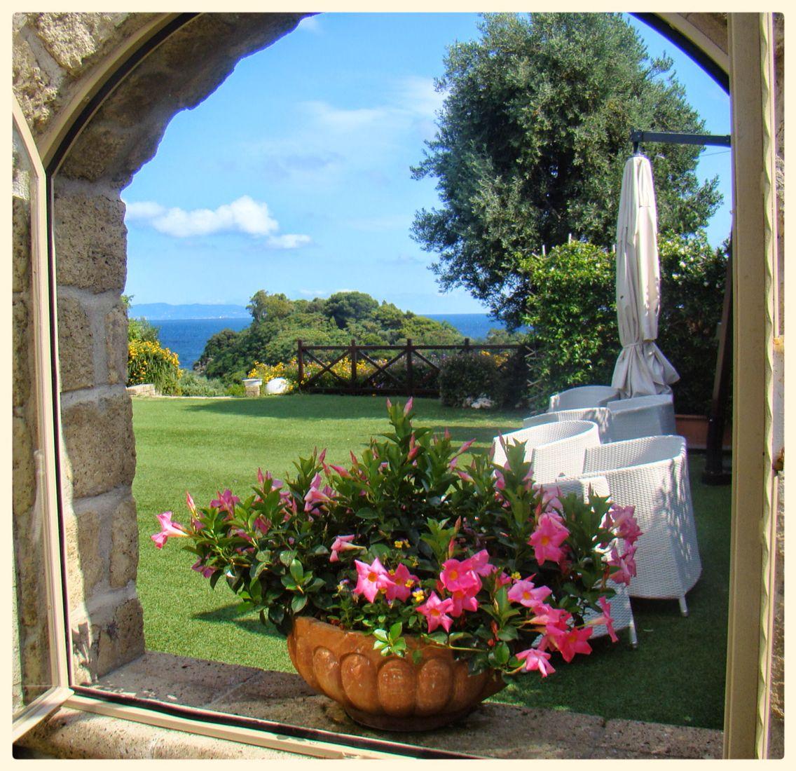 Il mondo dietro una finestra....veduta da Villa Mirabilis