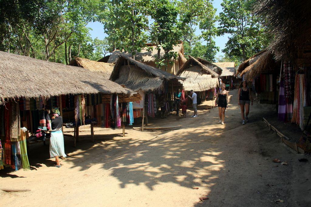 Fotoğraflarını çekildiğinde karşılık olarak hediyelik eşya satın almanızı uman ve günlük kazançları 150 Baht (9TL) civarında olan bu çarpıcı güzellikteki kadınlar, bulundukları köylerin dışına dahi çıkamıyorlar.