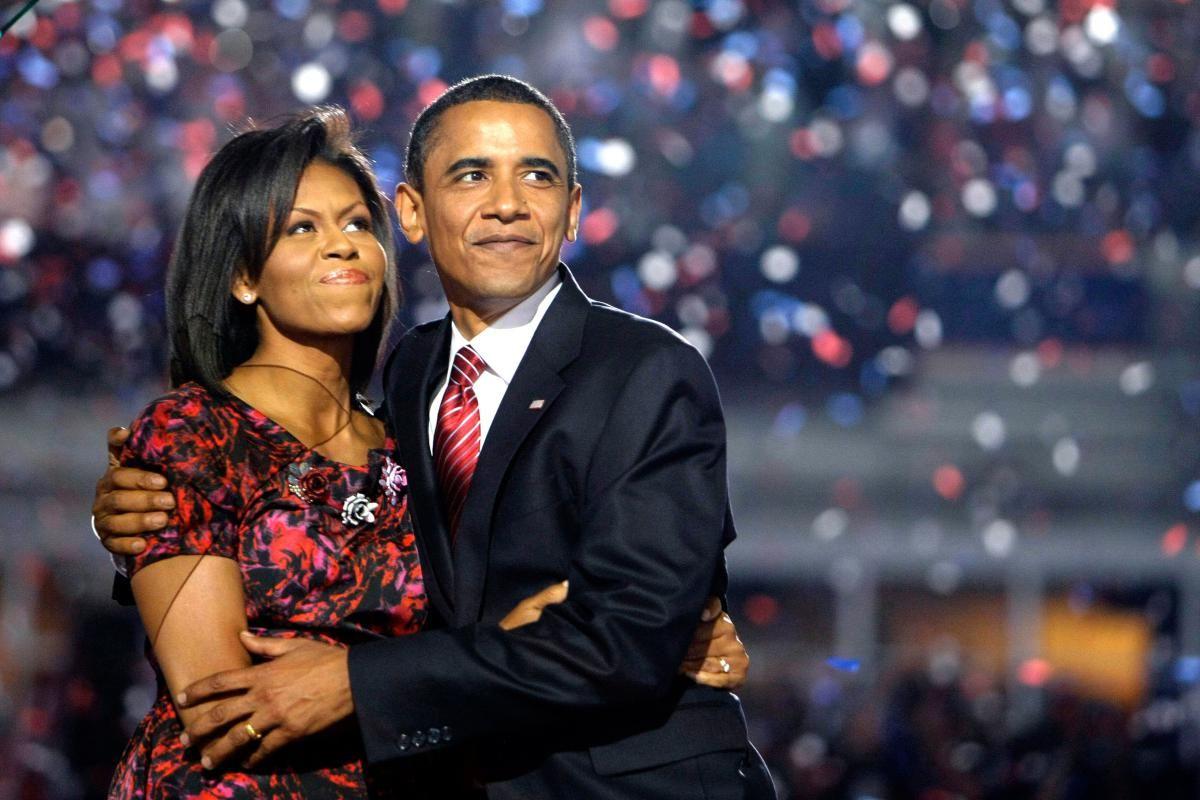 Barack Obama, Michelle Obama abraza después de dar su discurso de aceptación en…