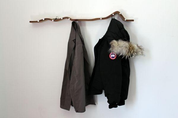 dekoideen selber machen zweig an der wand h nger zwei jacken aufh ngen wandgarderobe selber. Black Bedroom Furniture Sets. Home Design Ideas