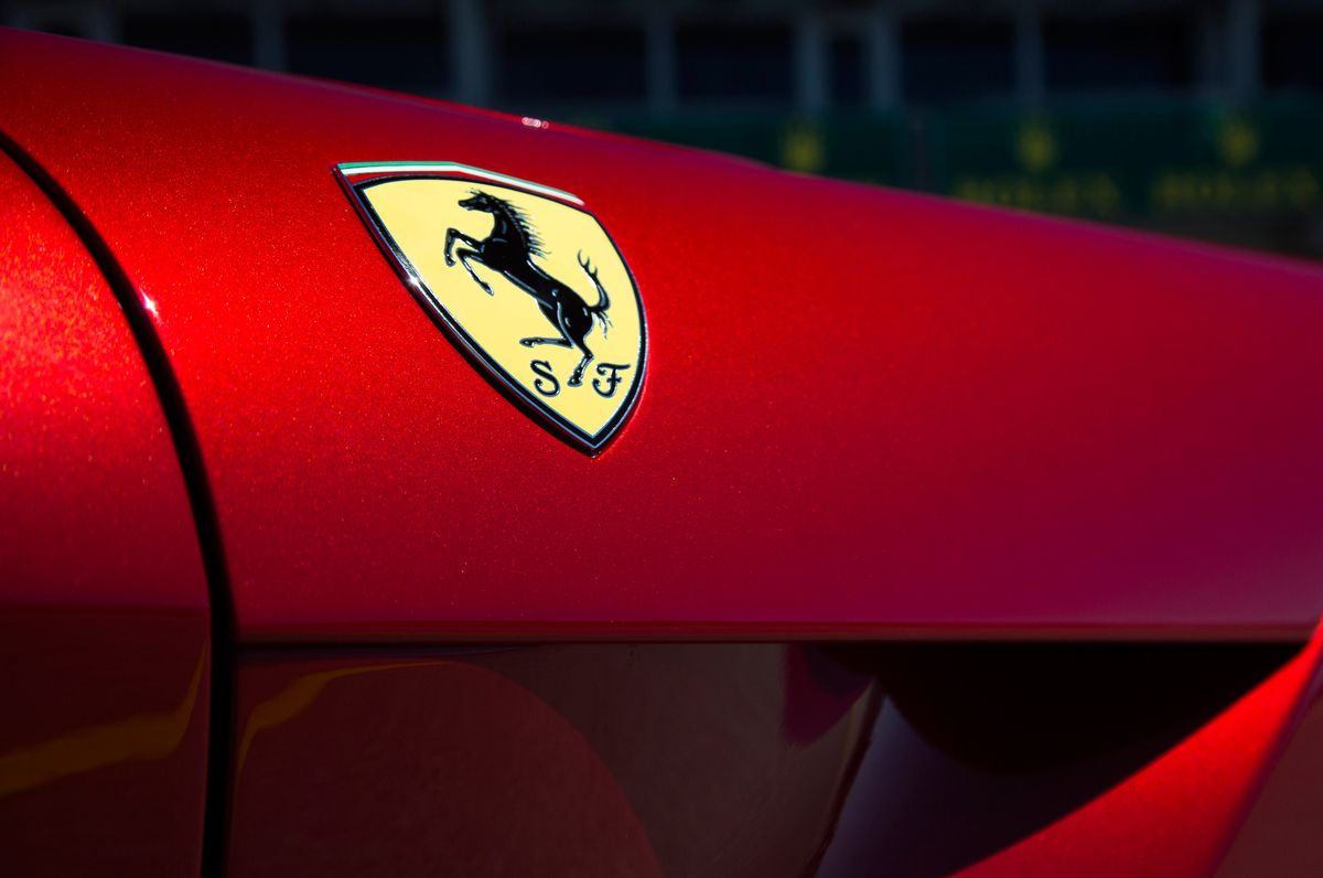 Neuf Logos De Marques Automobiles Et Leur Histoire Ferrari Ferrari Logo Wallpaper Designs For Walls