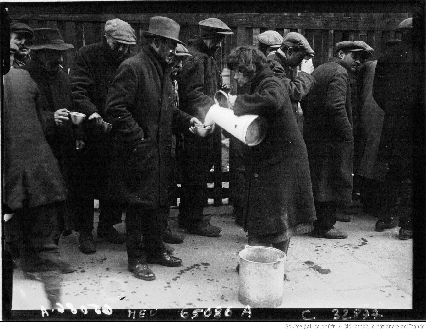 1929. Le froid à Paris : les soupes populaires : Soup kitchen [photographie de presse] / Agence Meurisse