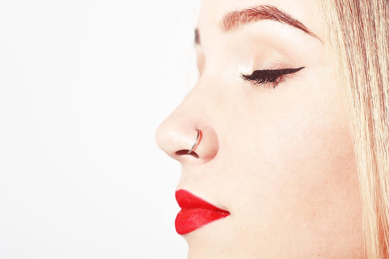 Nasenpiercing stechen lassen: Schmerzen, Pflege und