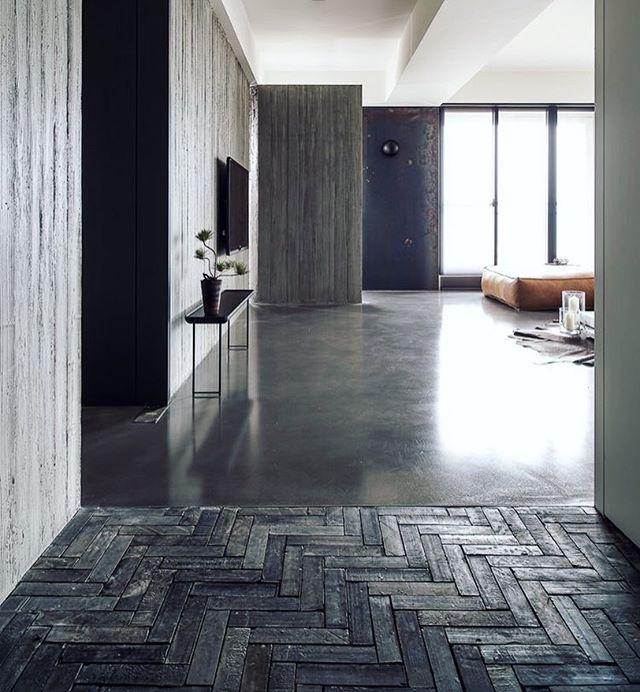 Smashing combination between herringbone tiles and concret Love - wohnzimmer weiße möbel