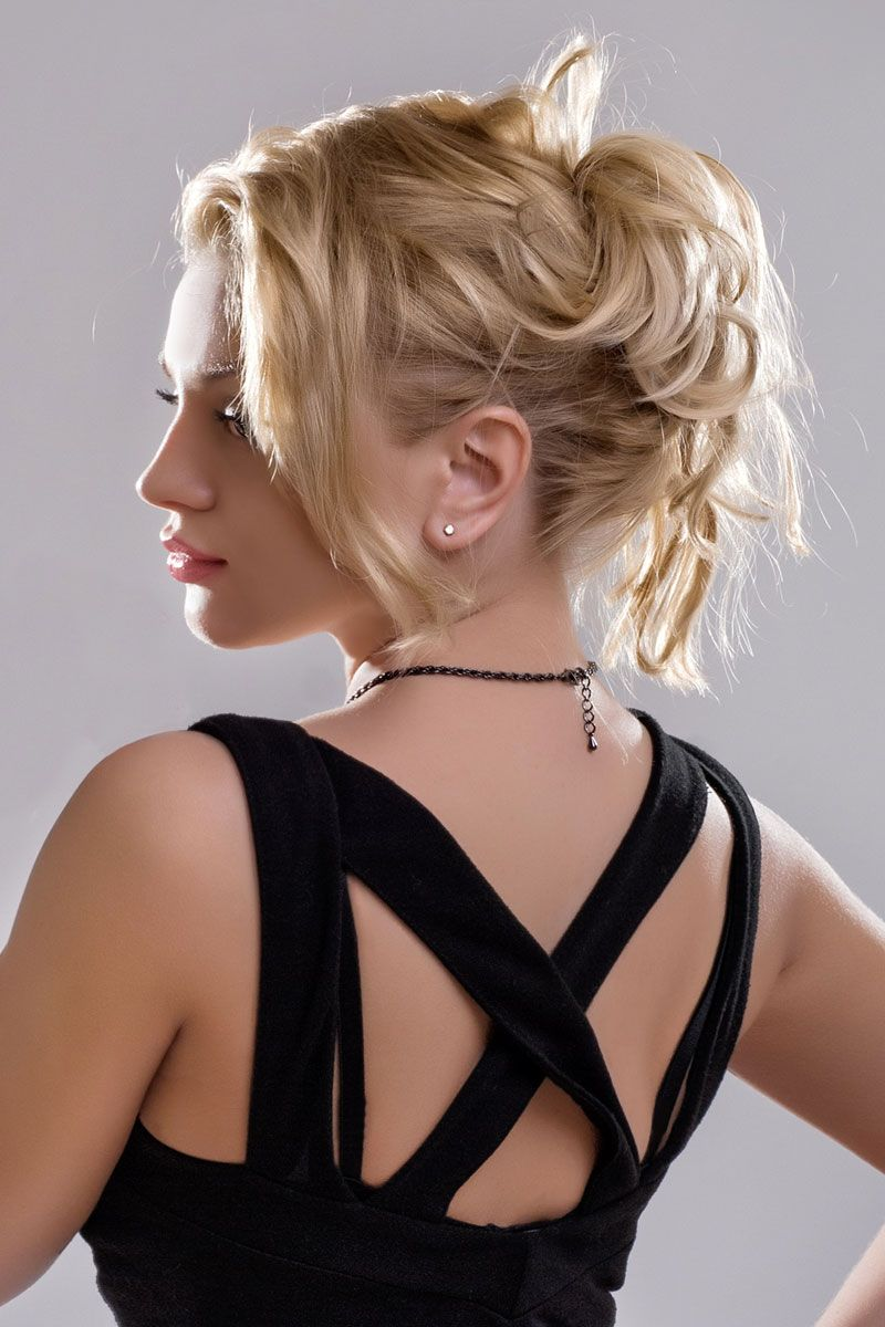 Blonde Haare In Locker Lässigem Dutt Hochsteckfrisuren Mittellang