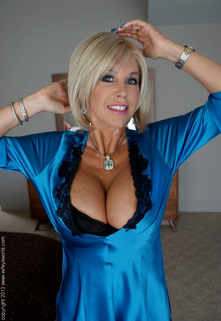 Busty Hung Shemales Bj