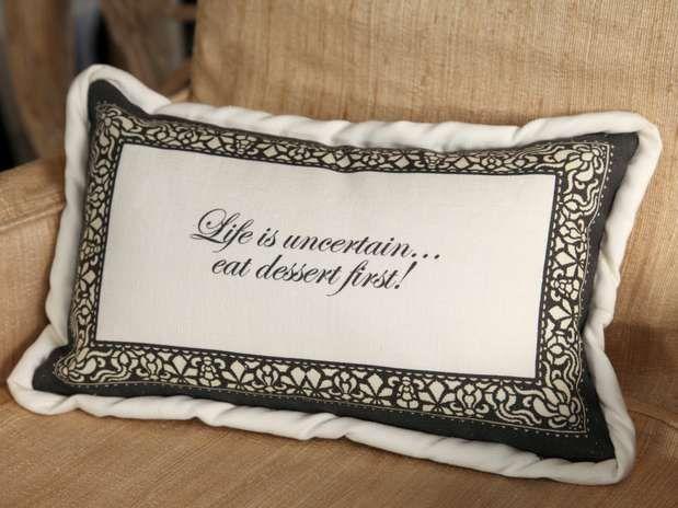 Veja 20 opções de almofadas para inovar na decoração da sala
