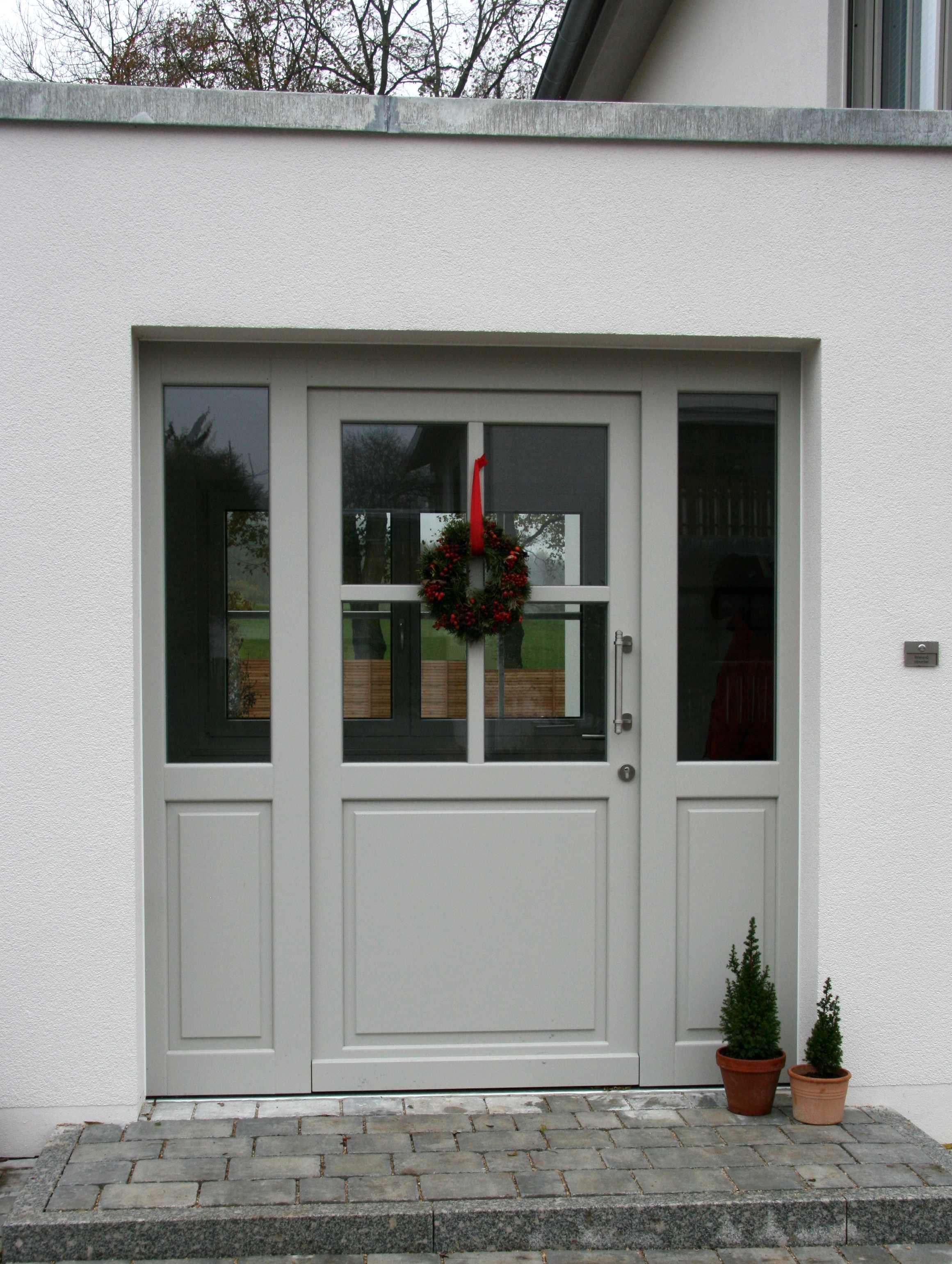 Holzhaustür in hellgrau