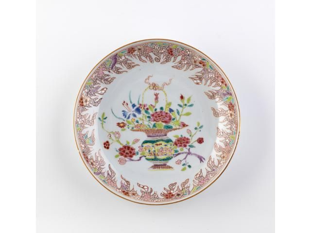 China. Pair of plates caps decorated porcelain enamel polychrome famille rose a broad basket of flowers. The wing decorated with flowers on a mottled background banner shredded. Eighteenth century.