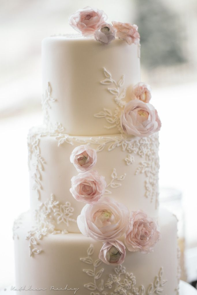 Elegante torta nuziale a piani con fiori rosa pastello , foto by kelleykakes