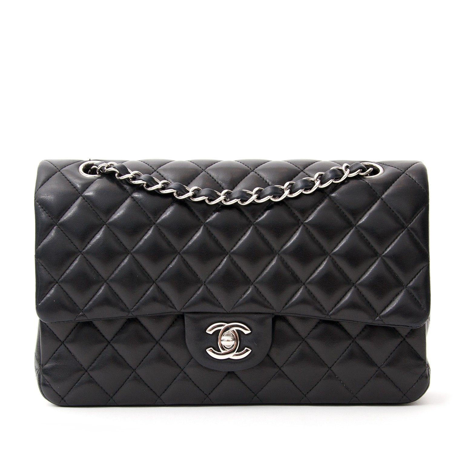 867996aa60 Buy this beautiful black classic Chanel flap bag on Labellov, an online  platform for secondhand preloved luxury bags. Bezoek Labellov, een online  platform ...