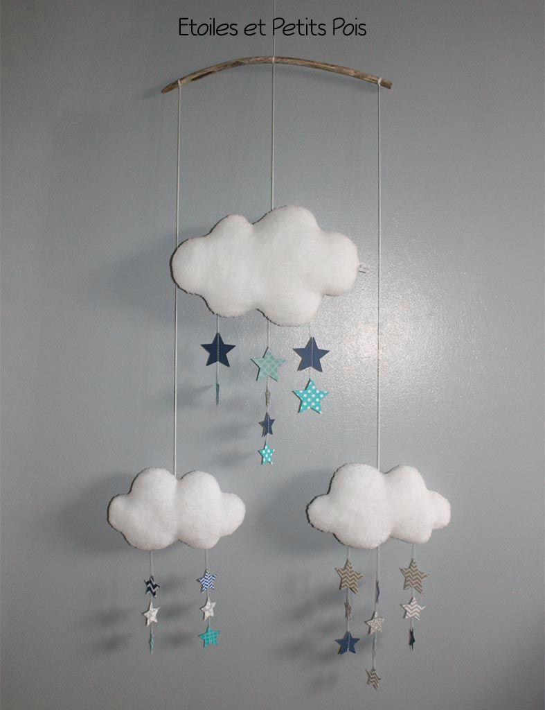 Décoration de chambre: les mobiles nuages et gouttes de pluie ou