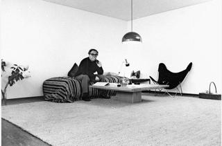Max Frisch auf dem Teppich COLOMBO (Kokos). Das Bild stammt aus dem «Hochhaus Lochergut» aus dem Jahr 1966 - http://www.ruckstuhl.com/ Quellenangabe: Foto Barnabas Bosshart / Fotostiftung Winterthur; publiziert letztmals in der NZZ Ausgabe vom 27.5.2016