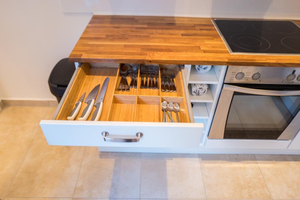 Großzügige Küche mit einem Essbereich und kreativer Beleuchtung - lampe für küche