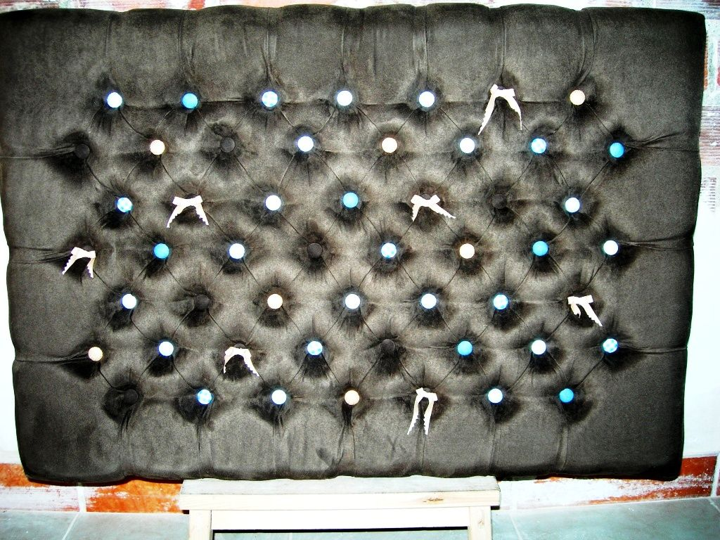 Cabecera capitoneada en gamuza chocolate con botones combinados ...