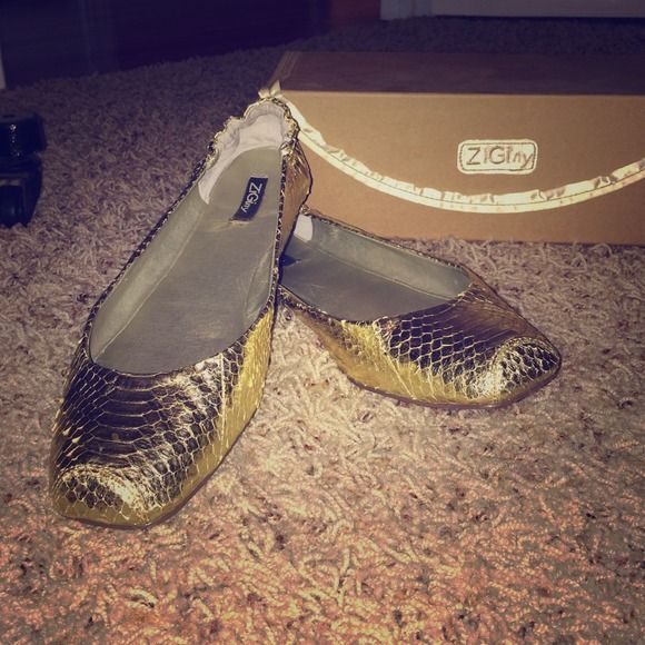 Gold flats Gold ZIGI NY flats! Super comfy and worn but timeless and chic. Goes with any outfit in any season. You will love them! Some wear but not very noticeable because of the shiny material zigi ny Shoes Flats & Loafers