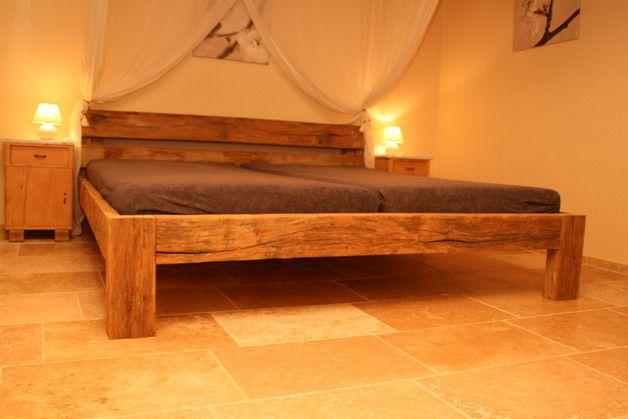 dieses bett wurde aus altem durch und durch massivem unbehandeltem eichenholz hergestellt das. Black Bedroom Furniture Sets. Home Design Ideas