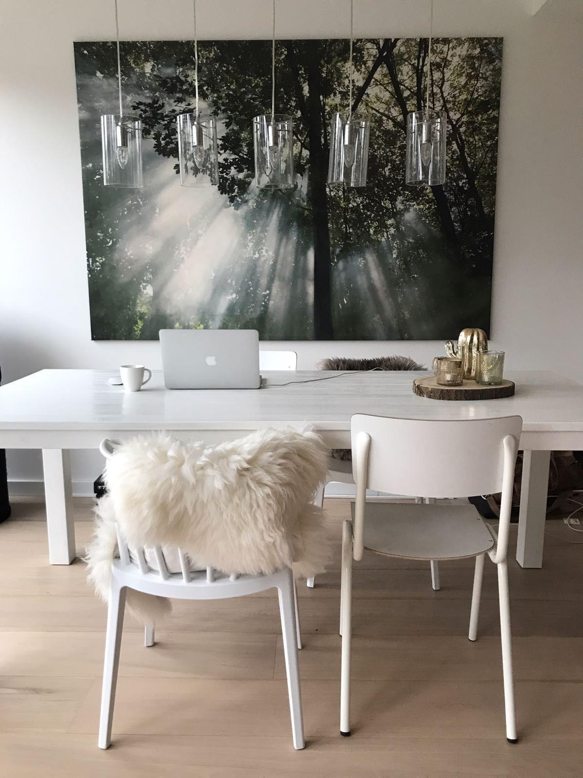 eetkamer inspiratie industrieel en scandinavisch met schapenvacht en het schilderij boven de. Black Bedroom Furniture Sets. Home Design Ideas