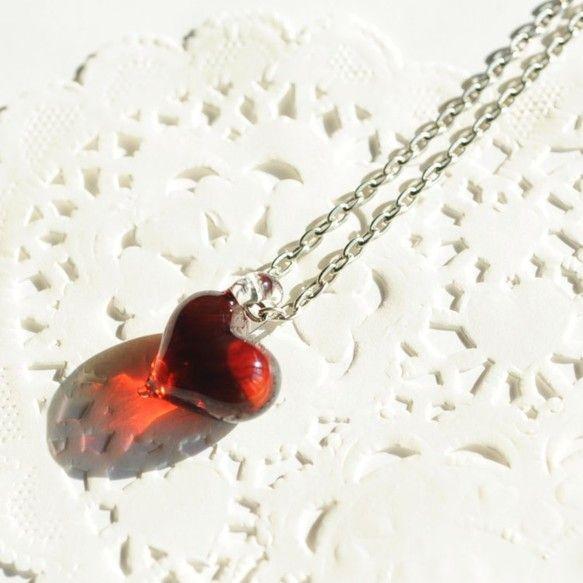 Dreamy heart #2 ハート・赤(ルビーレッド) ガラスペンダントトップ赤い色ガラスでハートをつくりました。この赤(ルビーレッド)のガラスは、熱によ...|ハンドメイド、手作り、手仕事品の通販・販売・購入ならCreema。
