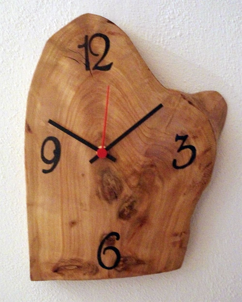 Orologio da parete realizzato su una fetta di tronco con for Idee per orologio da parete