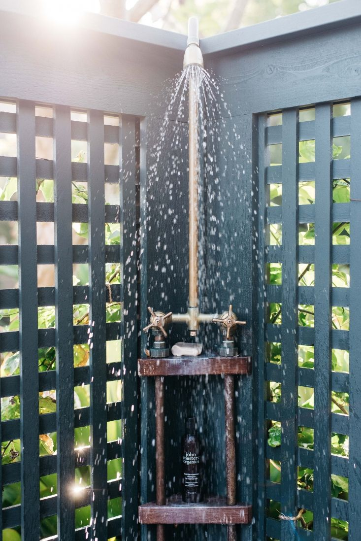 roberto sosa hawaii beach house outdoor shower | beach cottage
