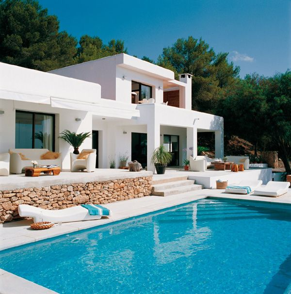 Modern white house design with swimming pool in ibiza for Beautiful house with swimming pool