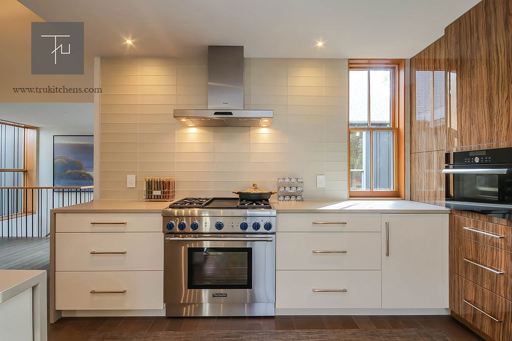 This Modern Kitchen Marries State Of The Art Technology With An Effortless Tranquil Design Cabi Kitchen And Bath Design Kitchen Design Custom Kitchens Design