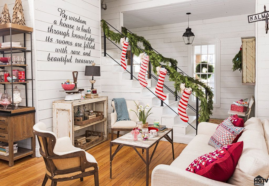 see how chip and joanna gaines deck out their farmhouse for the holidays weihnachten deko und. Black Bedroom Furniture Sets. Home Design Ideas