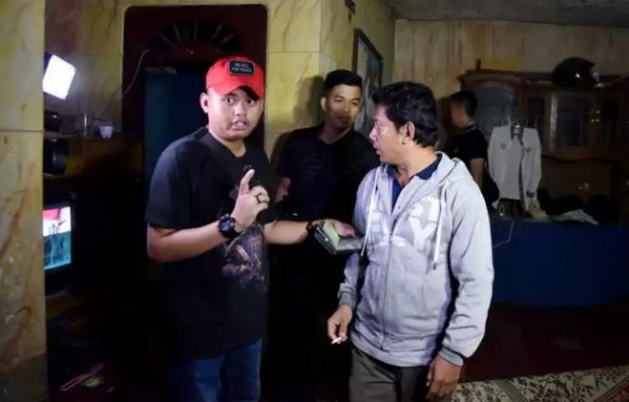 Beritajowo Com X2f X2f Purwakarta Bupati Purwakarta Dedi Mulyadi Melakukan Penggerebekan Sebuah Rumah Milik Seorang Kuli Banguna Bangunan Rumah Pedesaan