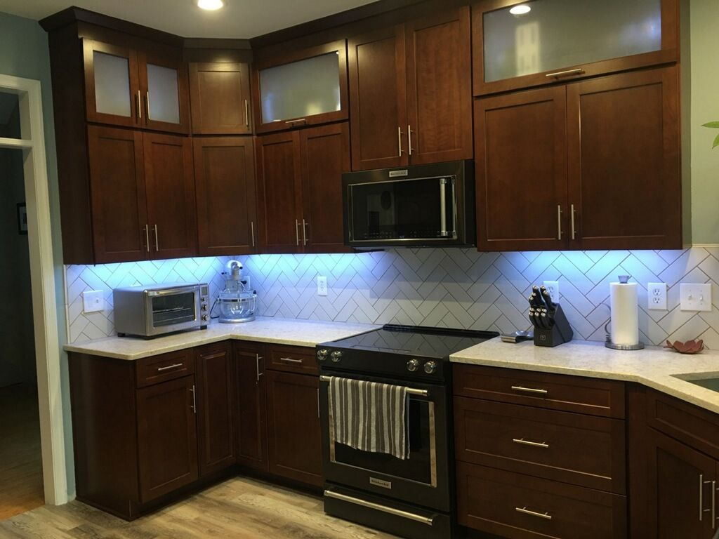 Cherry Spice Shaker Style Cabinets By Waypoint Waypointlivingspaces Com Fr Shaker Style Kitchen Cabinets White Shaker Kitchen Herringbone Backsplash Kitchen