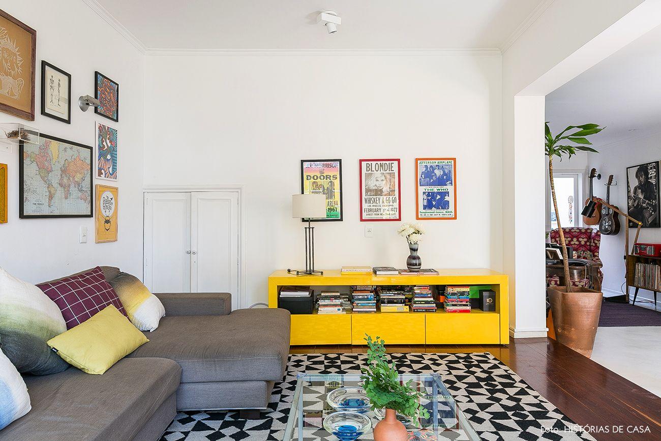 Sala de estar tem rack amarelo 69996efb58bca