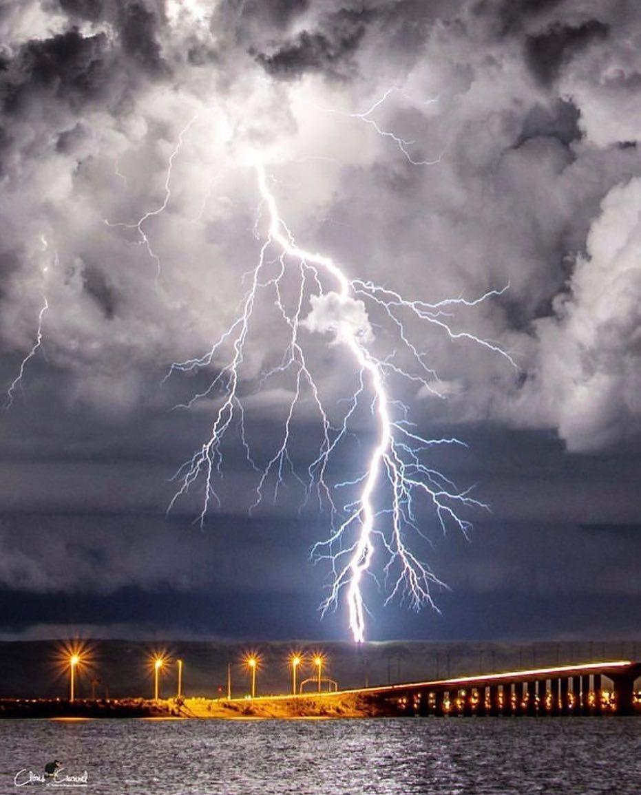 Aesthetically taken picture of lightning oc 931 x 1155