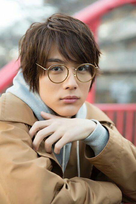 メガネをかけた中川大志