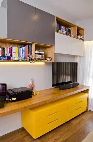 O rack amarelo combinou perfeitamente com os detalhes em cinza e a madeira aparente